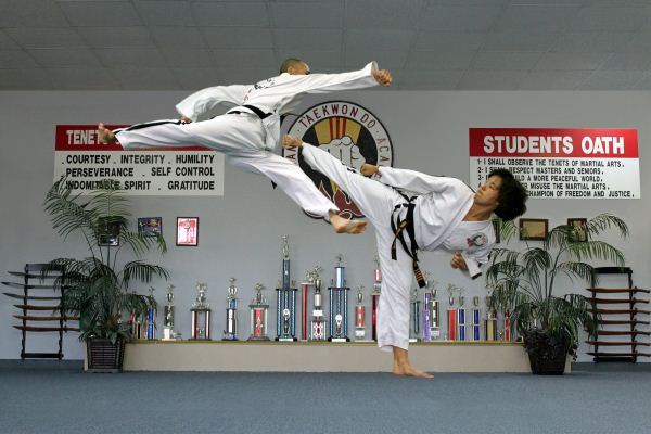 Duc dang taekwondo counter attacking with a side kick